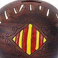 Detall de la guardiola de ceràmica amb escut de Catalunya i lletres