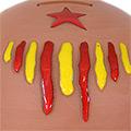 Detall de la guardiola de ceràmica amb estelada esmaltada en groc i roig
