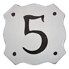 Placa ceràmica troquelada amb el número 5