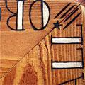 Detall de les lletres pirogravades i pintades a mà