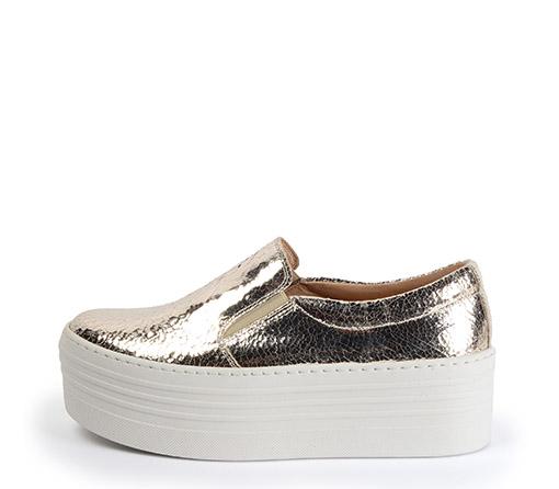 Ref. 3269 Sneaker platino brillante con plataforma de 5.5 cm. Detalle elásticos laterales.
