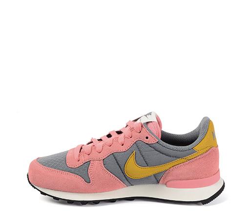 Ref. 3273 Nike Internationalist serraje salmón y combinación tela gris y simbolo color mostaza.