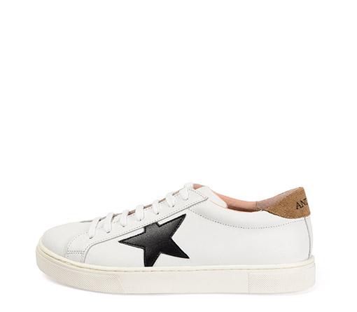 Ref. 3276 Sneaker piel blanca con detalle estrella en piel negro. Detalle trasero en serraje visón. Altura plataforma 3 cm.
