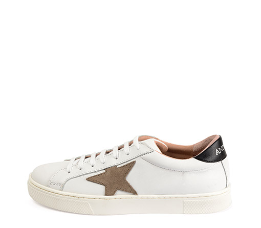 Ref. 3313 Sneaker piel blanca con detalle estrella en serraje piedra. Detalle trasero en piel negra. Altura plataforma 3 cm.