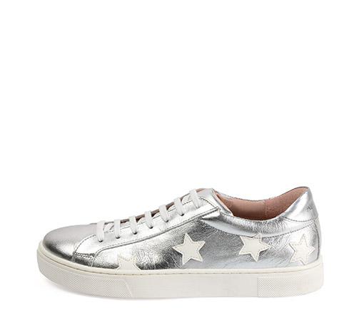 Ref. 3315 Sneaker piel plata con estrellas en piel blanco. Detalle trasero en color plata. Altura plataforma 3 cm.