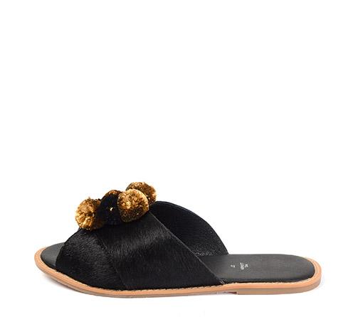Ref. 3331 Sandalia pelo negro con detalle pompones color marron y negro.