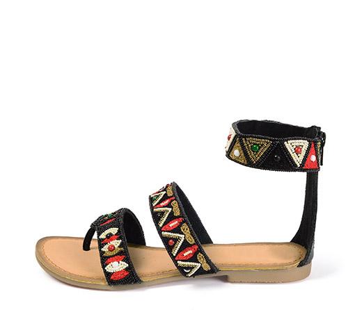 Ref. 3332 Sandalia piel negra con detalles etnicos de color rojo, blanco y oro.