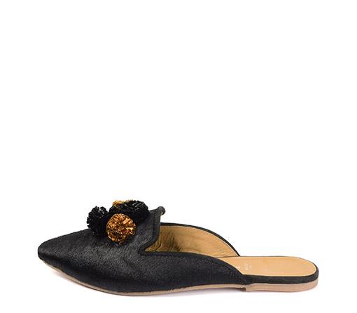 Ref. 3362 Zapato plano tipo babucha de pelo color negro. Detalle borlas en negro y camel.