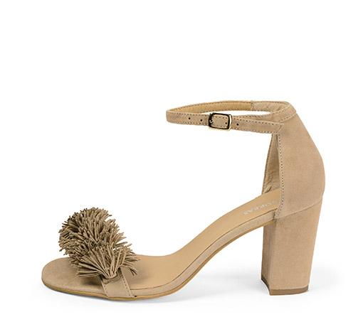 Ref. 3369 Sandalia ante beige con pulsera al tobillo y detalle flecos. Altura tacón 8 cm.