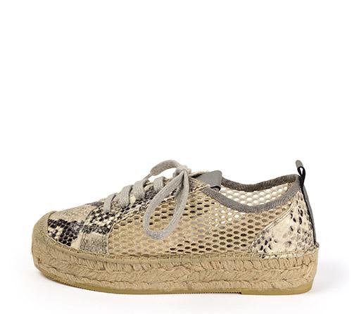 Ref. 3380 Zapato piel serpiente con rejilla lateral en color oro. Cordones plateados y plataforma de esparto de 3 cm.