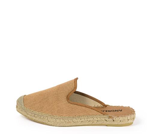 Ref. 3408 Zapato tipo babucha en tela color cuero. Plataforma de 2 cm.