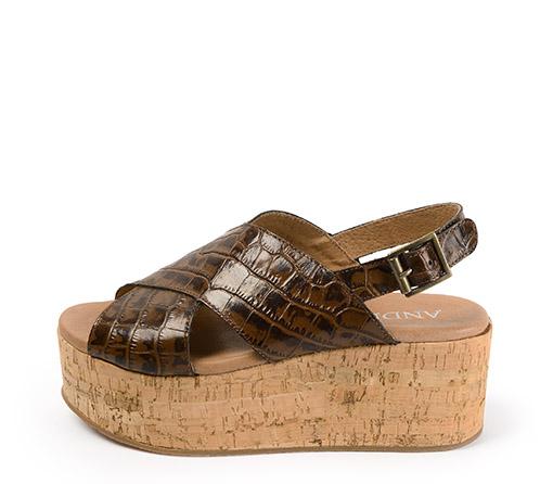Ref: 3425 Sandalia piel cocodrilo marrón con pala cruzada. Plataforma de corcho de 6 cm y plataforma delantera de 4.5 cm.