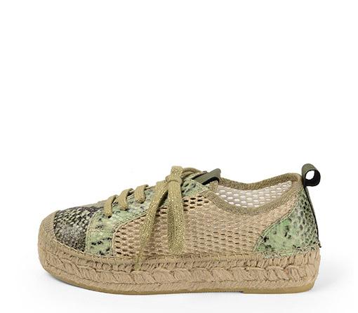 Ref. 3443 Zapato piel serpiente verde con rejilla lateral en color oro. Cordones plateados y plataforma de esparto de 3 cm.