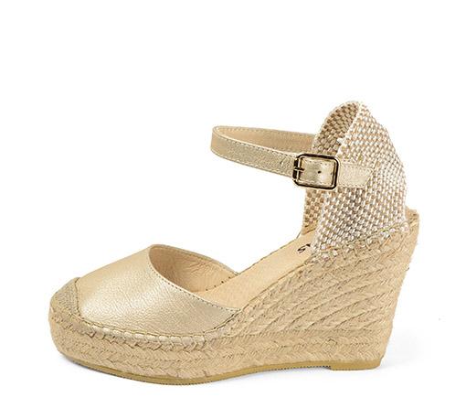 Ref. 3444 Zapato piel color oro con cuña de esparto de 10 cm y plataforma delantera de 3 cm.
