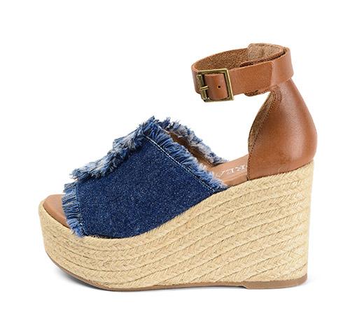 Ref. 3482 Sandalia tejano azul con pulsera al tobillo el piel color camel. Plataforma de esparto de 10.5 cm y plataforma delantera de 4.5 cm.
