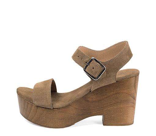 Ref. 3490 Sandalia serraje visón con pulsera al tobillo. Plataforma de madera de 10 cm y plataforma delantera de 4 cm.