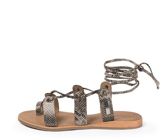 Ref. 3522 Sandalia taupe con grabado serpiente y tiras al tobillo. Plantilla piel y suela piel.