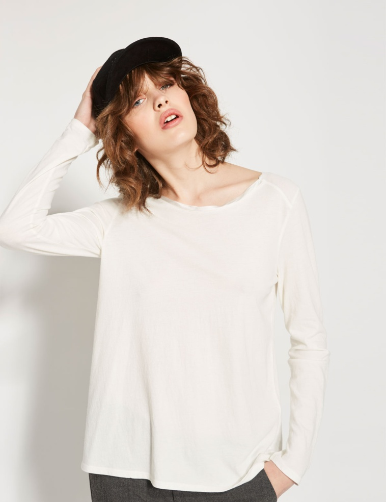 T-shirt nouée dans le dos