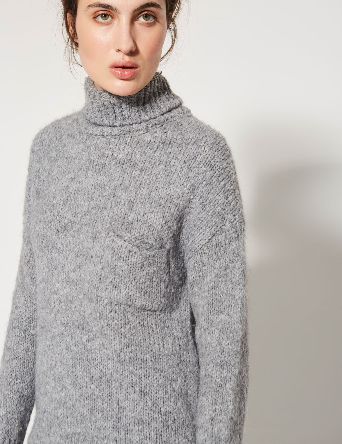 Jersey cuello alto y bolsillo