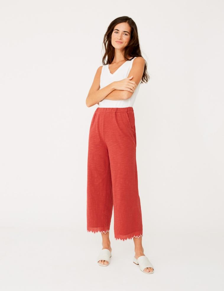 Pantalón bordado en el bajo
