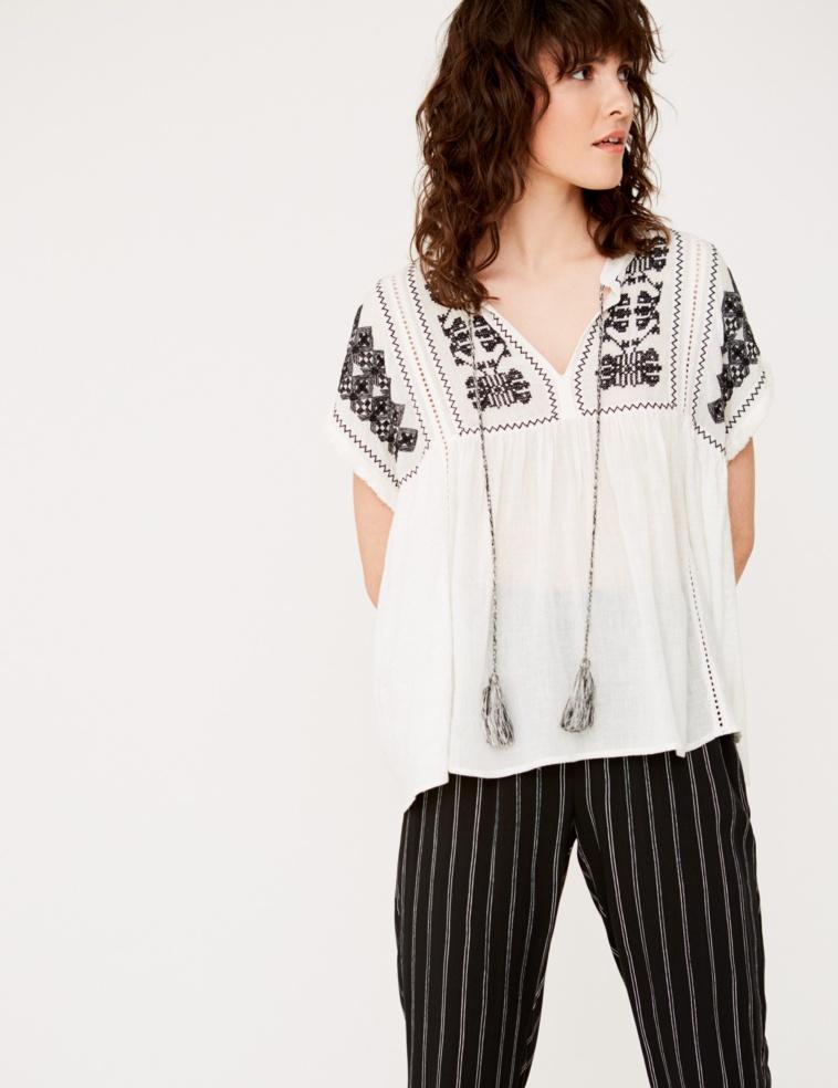 Camiseta bordado y pompones