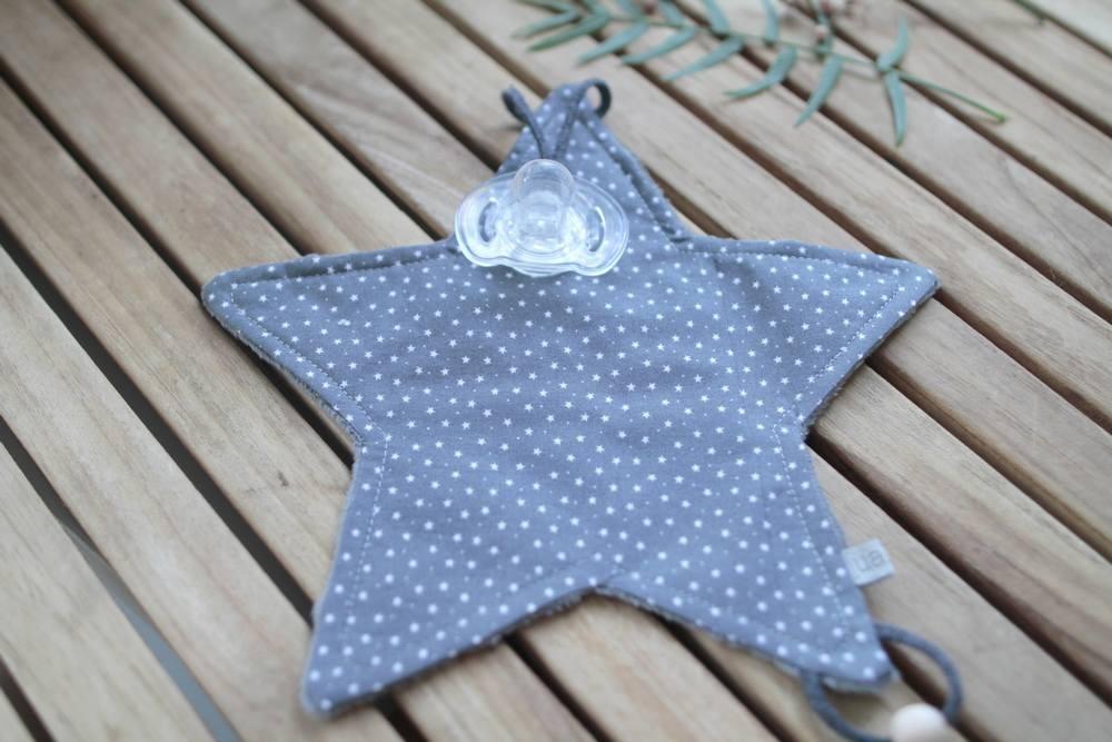 Doudou chupetero gris oscuro con estrellas
