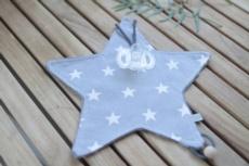 Doudou chupetero gris con estrellas