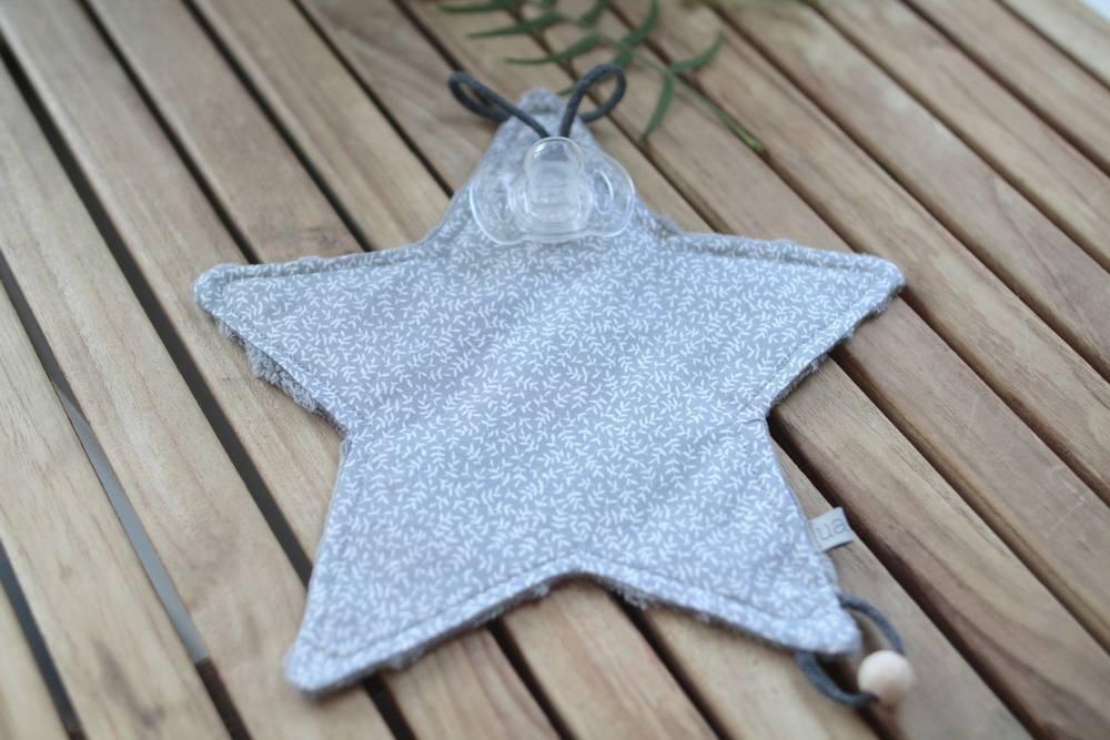 Doudou chupetero hojas gris con estrellas