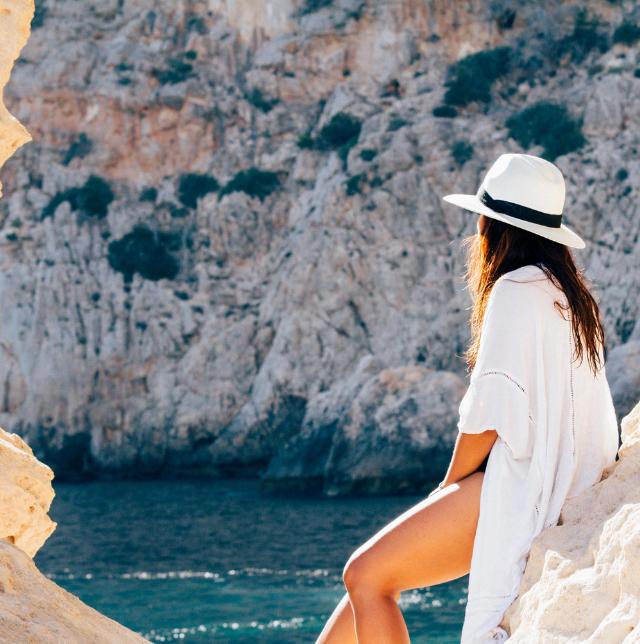 Cuñas de esparto y vestidos ibicencos, el look del verano