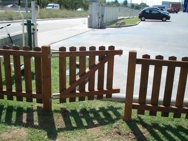 Puerta de la valla de madera de exterior - Valla de madera ...
