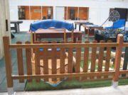 Valla de madera con protector solar de color castaño