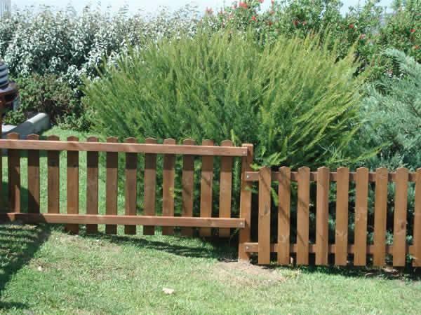 Valla madera exterior exteriores valla y tarima piscina - Vallas de madera para jardin ...