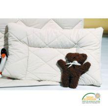 Esta almohada para bebés está diseñada con los bordes elevados para ofrecer mayor seguridad al recién nacido. El color es el que nos ofrecen las fibras en su estado natural puesto que para su elaboración no se han utilizado ni tintes ni blanqueantes.