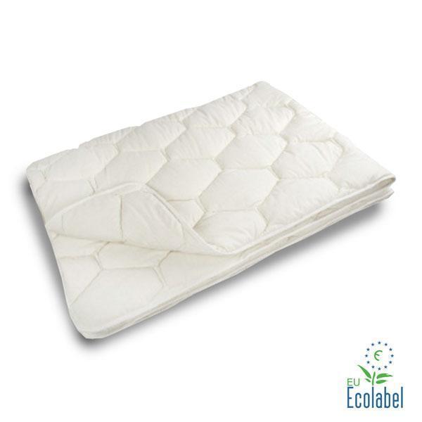 Se trata de un edredón de algodón natural, acolchado íntegramente con fibra 100% algodón virgen cardado y con funda de algodón natural sin tinturas. Cuenta con el sello ecológico europeo.