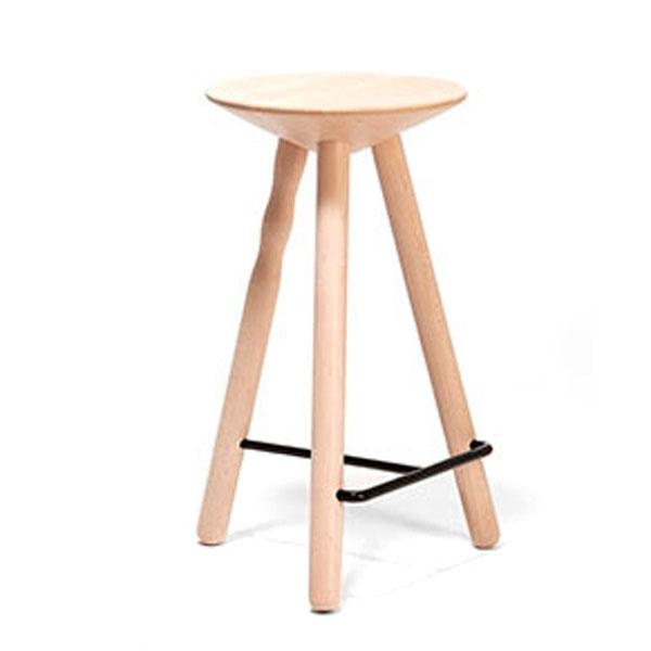 El taburete Luco destaca por sus formas esenciales y puras. Fabricado con patas de madera torneada, está disponible en tres alturas.