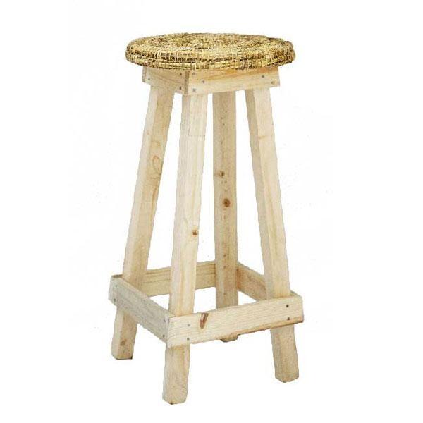 El taburete de madera Sabo está fabricado de forma artesanal