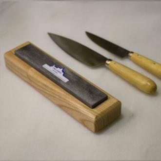 Pack de cuchillos Pallarés artesanales: Cada uno de los seis cuchillos tiene una hoja de acero carbono de 12 cm de largo y un mango redondeado de madera de boj. Estos cuchillos te servirán para cualquier tarea culinaria e incluso para comer en la mesa.