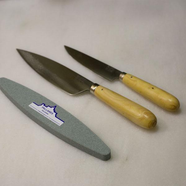 Pack de cuchillos Pallarés te servirán para cualquier tarea culinaria e incluso para comer en la mesa. El cuchillo de 15 cm de hoja también está fabricado en acero carbono y es el complemento ideal para cualquier cocina.