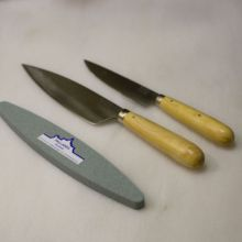 Pack de cuchillos Pallarés te servirán para cualquier tarea culinaria e incluso para comer en la mesa. El cuchillo de 15 cm de hoja también está fabricado en acero carbono y es el complemento ideal para cualquier cocina. - Ítem