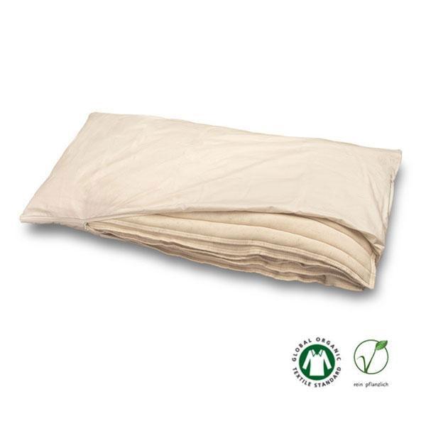 La almohada Baumberger rellena de algodón y lino está formada por cinco capas de algodón crudo certificado y lino orgánico de alta transpirabilidad que evitan que se creen molestos grumos. Las capas están enfundadas en una funda con cremallera