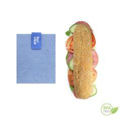 El portabocadillos azul Bloc'n'roll es un envoltorio reutilizable que te permite envolver y llevar tu bocadillos o piezas de fruta. Su cierre fácil lo ajusta a cualquier alimento.