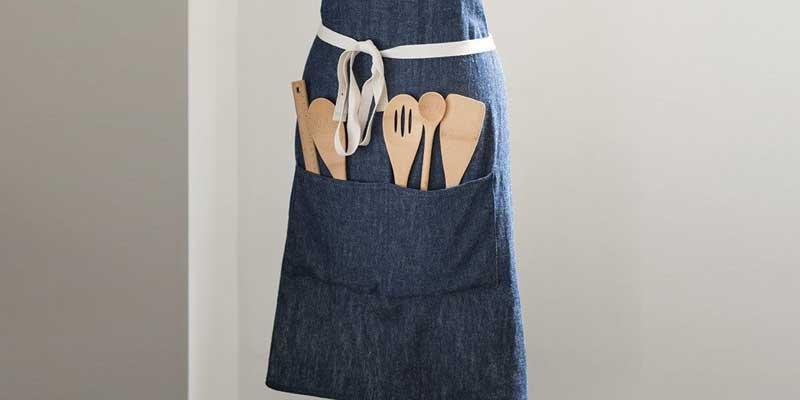 Delantal hecho a mano con algodón 100% orgánico a rayas azules y blancas. Este delantal está diseñado con una suave correa ajustable al cuello, cinturón a la altura de la cintura y cuenta con amplios bolsillos para guardar los utensilios que estemos utilizando.