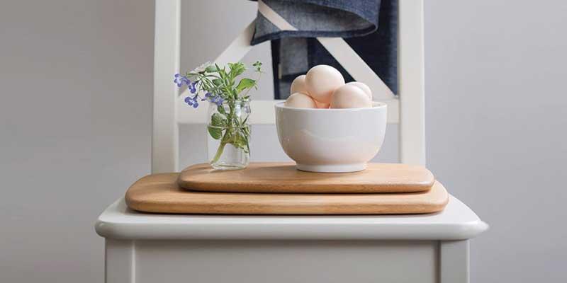 Tabla para cortar de bambú fabricada a mano, con los bordes sin aristas y suavemente redondeados. Un complemento imprescindible en cualquier cocina. Delgada, ligera y resistente, te sorprenderá su poco peso.