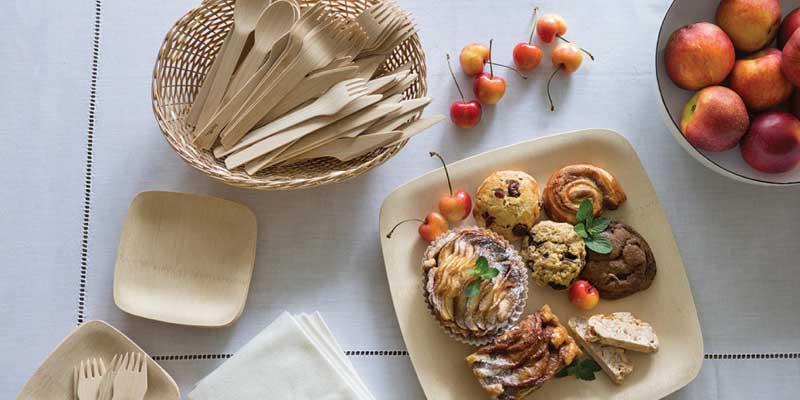 Este práctico kit incluye los platos y cubiertos Bambu Veneerware necesarios para una celebración sostenible y con estilo. Es perfecto para una barbacoa, picnic, recepción formal, una fiesta, etc.