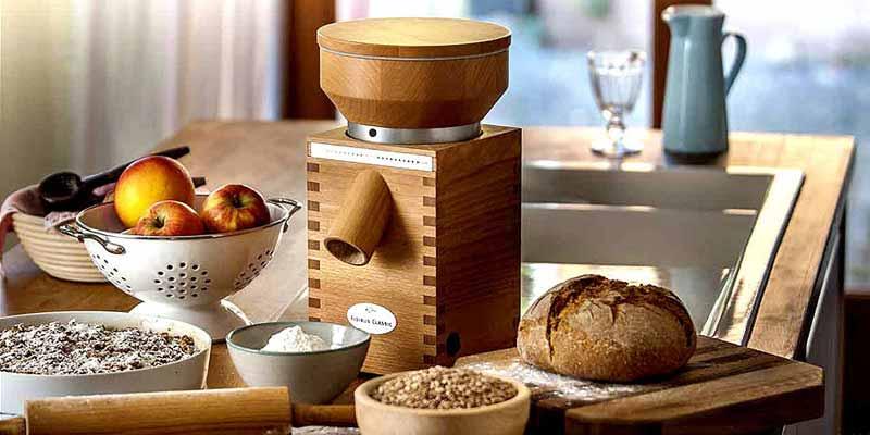 Los molinos de cereales y legumbres de la marca Komo se fabrican con madera de haya y piedras de corindón. Estos molinos permiten una molienda precisa para obtener harinas 100% naturales.