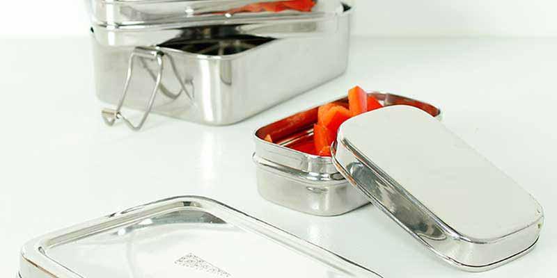 Fiambrera rectangular de acero inoxidable libre de sustancias nocivas (BPA, PVC, plomo, ftalatos, etc), tiene una capacidad de 900 ml y dispone de tres compartimentos.