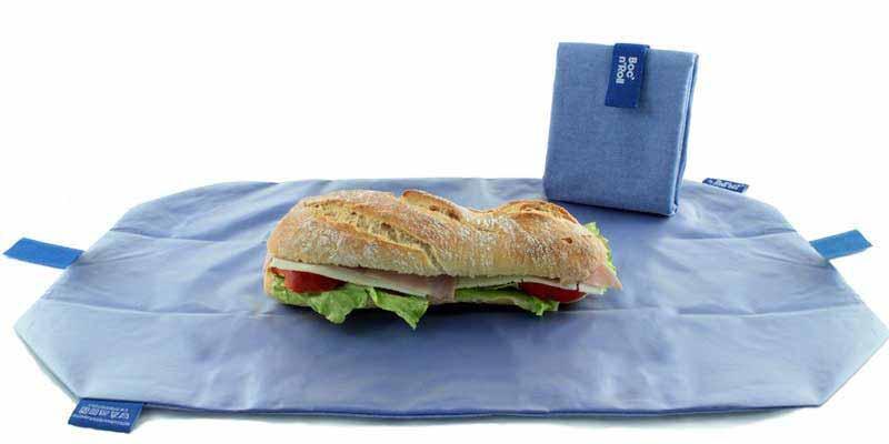 El portabocadillos negro Bloc'n'roll es reutilizable, ajustable, plegable, lavable e indispensable. Adiós a los envoltorios desechables. Este es tu porta bocatas ecológico para comer fuera de casa.