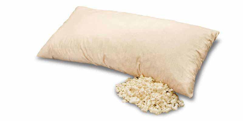 Esta almohada está formada por copos de látex 100% natural. Es resistente, suave y elástica, y se puede moldear de forma individual adaptándola perfectamente al cuello. La funda con cremallera es de suave algodón 100%.