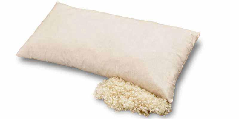 La almohada rellena de lana virgen Baumberger es una alternativa natural de la más alta calidad para un descanso saludable. Esta almohada natural está rellena con 800 gr de lana certificada de oveja y es especialmente elástica y blanda.