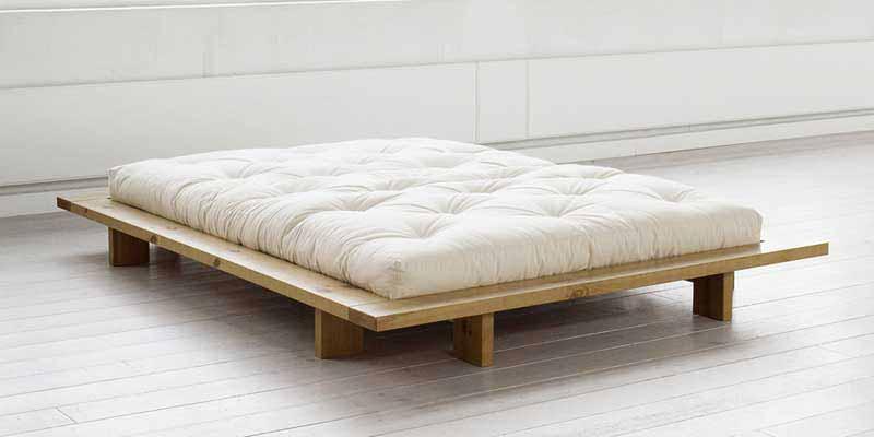En ekoideas encontrarás camas de madera natural con somieres ecológicos que te ayudarán a descansar del modo más natural posible. Y es que dormir en una cama de madera sostenible significa dormir en un entorno sano. Las camas de nuestra tienda están fabricadas de madera surgida de bosques de tala controlada con certificaciones FSC o PFEC.